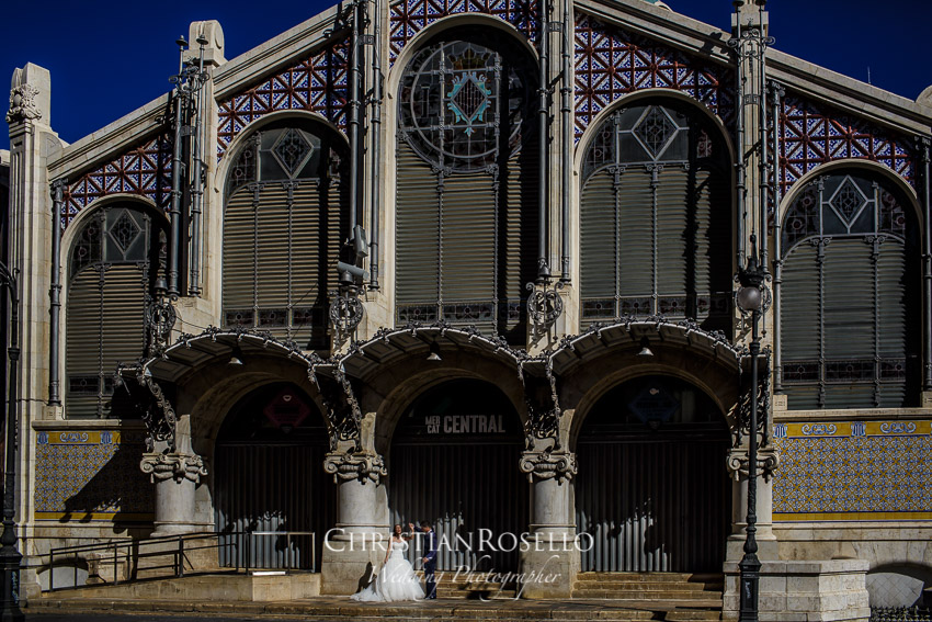 Post Boda en Huerto Santa Maria, fachada Mercat Central, Natalia e Iván. Christian Roselló Fotógrafo de bodas en Valencia