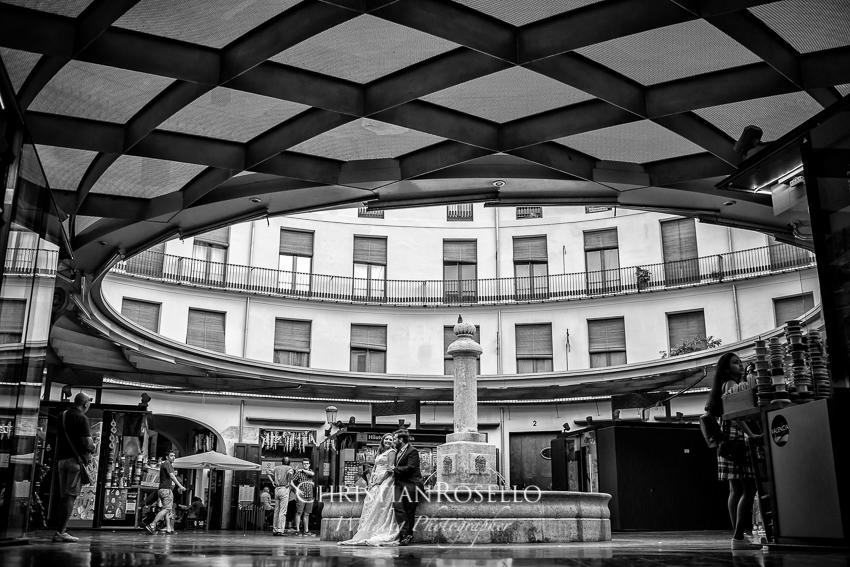 Reportaje Post Boda en Valencia, Plaza Redonda Valencia, Rosa y Carlos. Christian Roselló Fotógrafo de Bodas en Valencia.