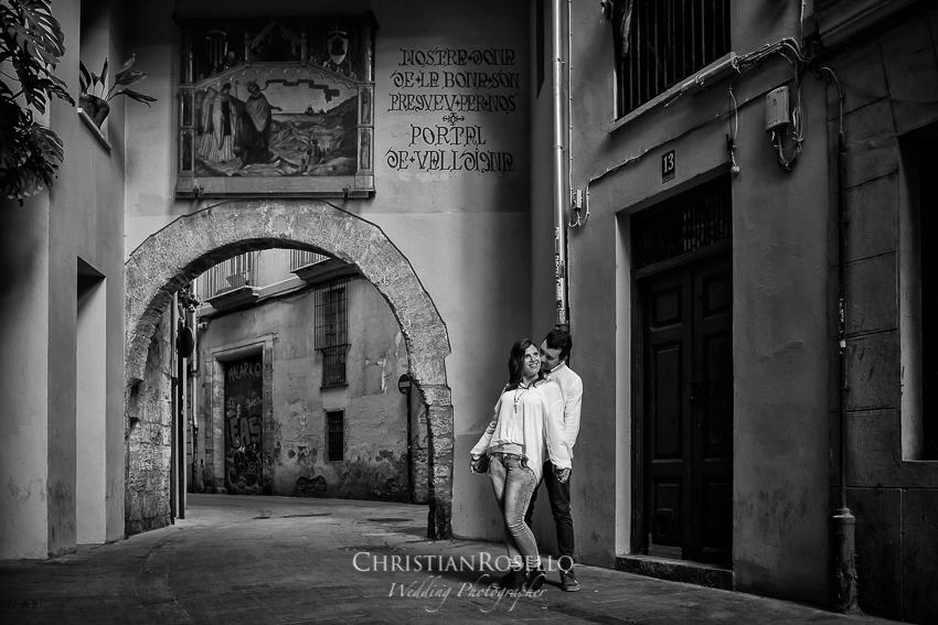 Pre Boda en Valencia Olga y David, Portal de la Valldigna. Christian Roselló Fotógrafo de Bodas nacional e internacional con sede en Valencia.